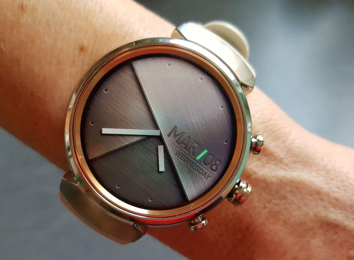 ASUS ZenWatch 3 am Handgelenk Smartwatch